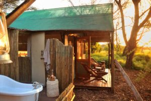 Tom's Little Hide Room 3 outdoor bath tub and shower 2